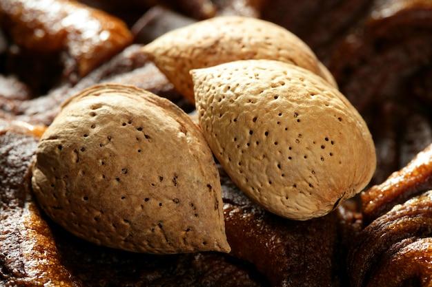Mandelnüsse auf schokolade, köstliches goldenes lebensmittel Premium Fotos
