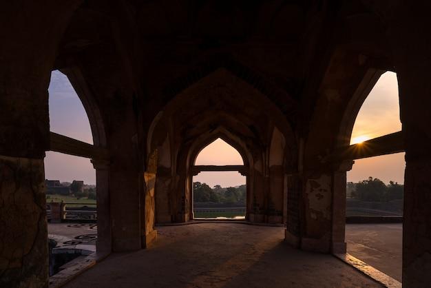 Mandu india, afghanische ruinen des islamischen königreichs, moscheendenkmal und moslemisches grab. blick durch die tür, jahaz mahal. Premium Fotos