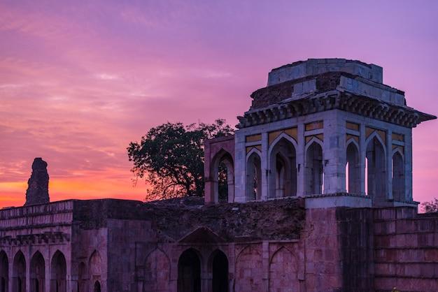 Mandu india, afghanische ruinen des islamischen königreichs, moscheendenkmal und moslemisches grab. bunter himmel bei sonnenaufgang, ashrafi mahal. Premium Fotos