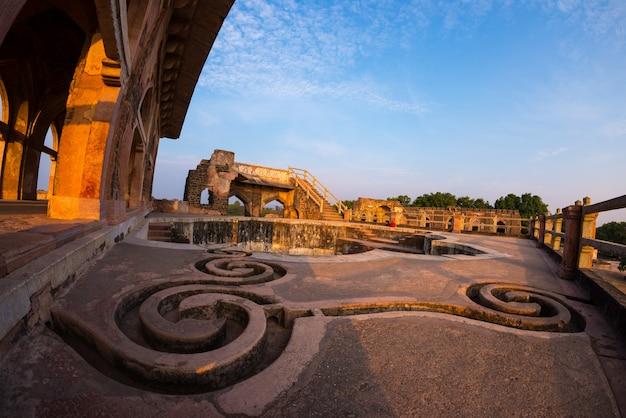 Mandu india, afghanische ruinen des islamischen königreichs, moscheendenkmal und moslemisches grab. wasserkanäle und pool, jahaz mahal. Premium Fotos