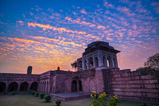 Mandu india, afghanische ruinen des islamischen königreichs, moscheendenkmal und moslemisches grab. Premium Fotos