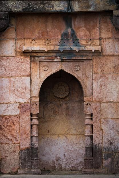 Mandu india, afghanische ruinen des islamischen königreichs, moscheendenkmal und moslemisches grab Premium Fotos