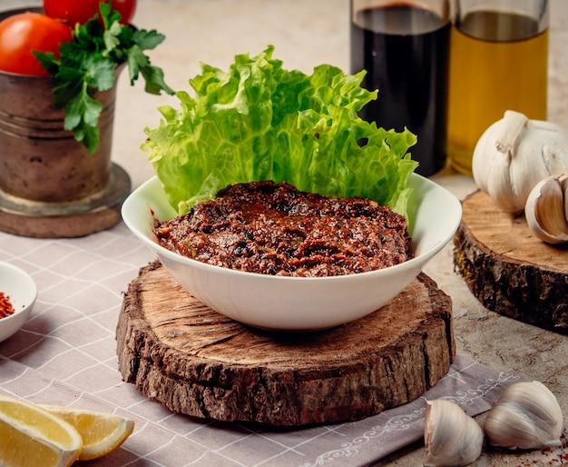 Mangalsalat auf dem tisch Kostenlose Fotos