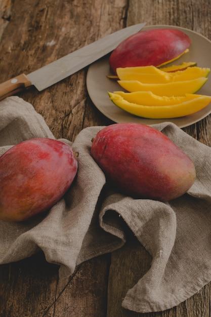 Mango auf dem tisch Kostenlose Fotos