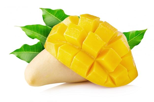 Mangofrucht mit den mangowürfeln und -scheiben lokalisiert Premium Fotos