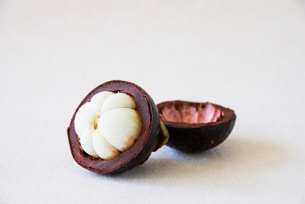 Mangostan thailändische volksfrüchte - eine tropische frucht mit süßen, saftigen, weißen fleischsegmenten in einer dicken, rotbraunen schale. Kostenlose Fotos