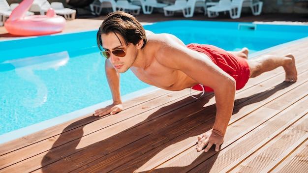Mann am pool macht liegestütze Kostenlose Fotos
