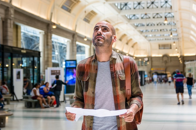 Mann an der u-bahnberatungskarte Kostenlose Fotos