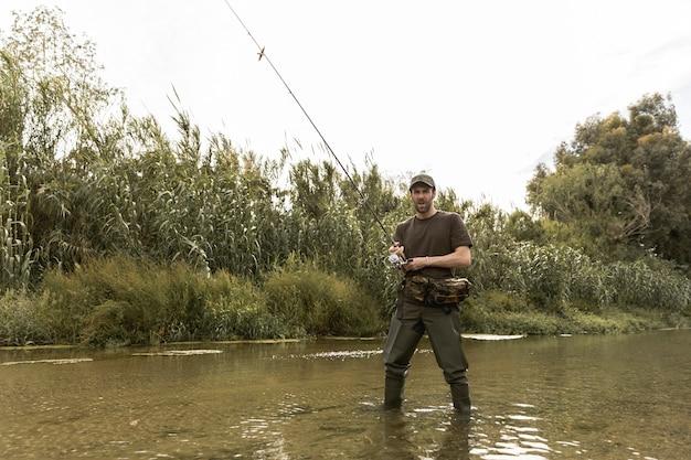 Mann angeln am fluss Kostenlose Fotos