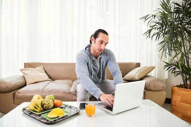 Mann arbeitet am laptop Kostenlose Fotos