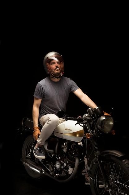Mann auf caférennfahrer-artmotorrad Kostenlose Fotos