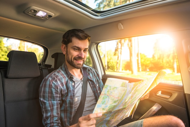 Mann auf einer autofahrt Kostenlose Fotos