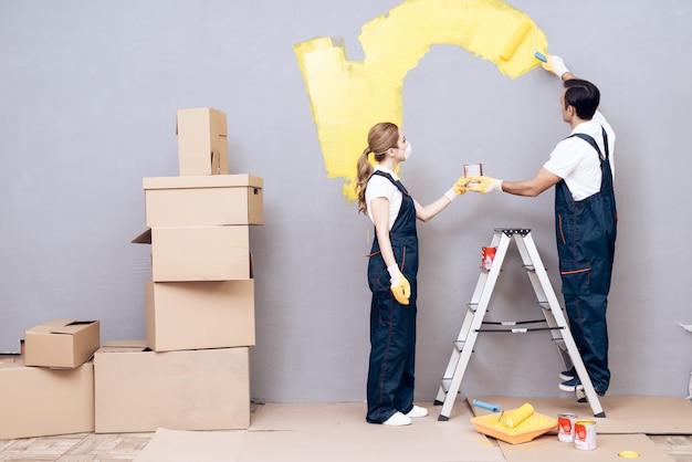 Mann auf labber und frau in uniform paint grey wall Premium Fotos