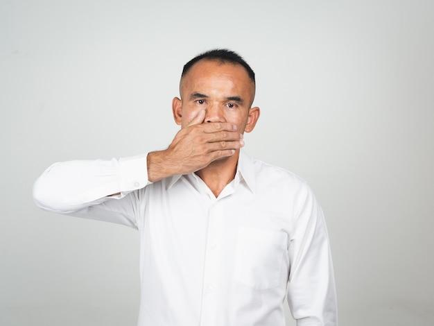 Mann bedecken mund mit der hand für die stille Premium Fotos