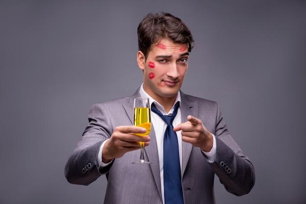 Mann bedeckt durch küsse mit champagnerglas Premium Fotos