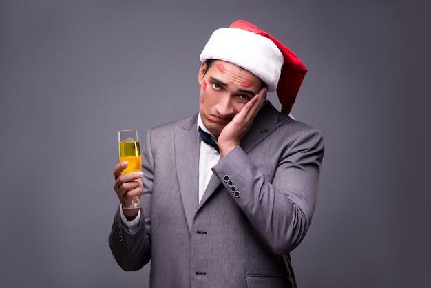 Mann bedeckt von küssen mit nikolausmütze Premium Fotos