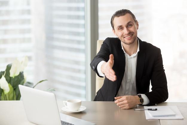 Mann begrüßt geschäftspartner zu verhandlungen Kostenlose Fotos