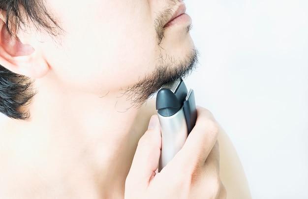 Mann benutzt rasierer Kostenlose Fotos