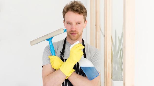 Mann bereit, fenster zu putzen Kostenlose Fotos