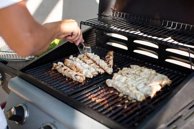 Mann bereitet grill im freien vor Premium Fotos