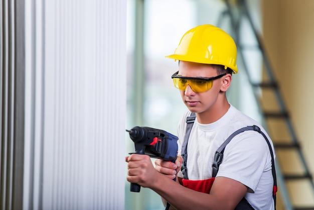 Mann bohren der wand mit bohrer perforator Premium Fotos