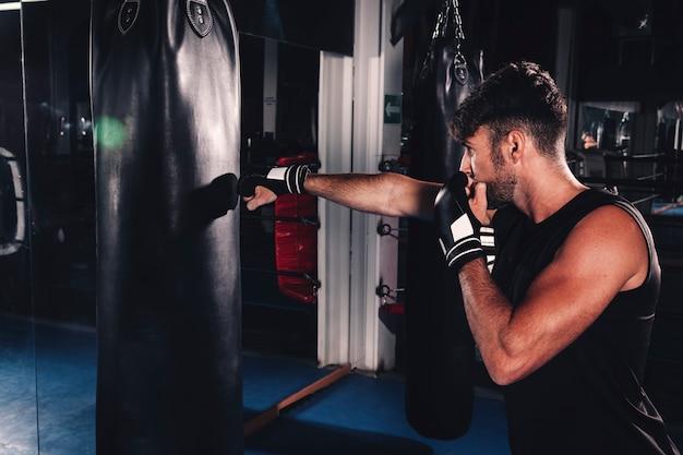 Mann boxen in der turnhalle Kostenlose Fotos