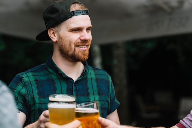 Mann, der alkoholisches getränk mit seinen freunden genießt Kostenlose Fotos
