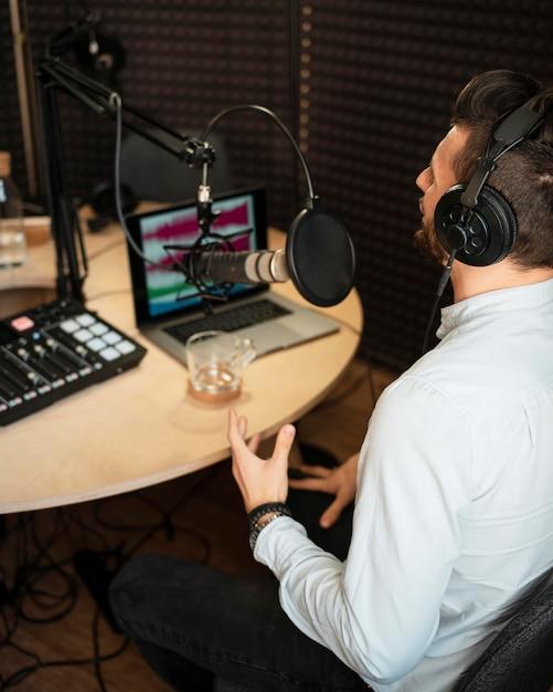 Mann, der am hohen winkel des radiosenders arbeitet Kostenlose Fotos