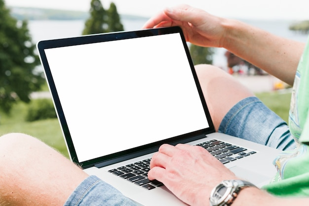 Mann, der an laptop im park arbeitet Premium Fotos