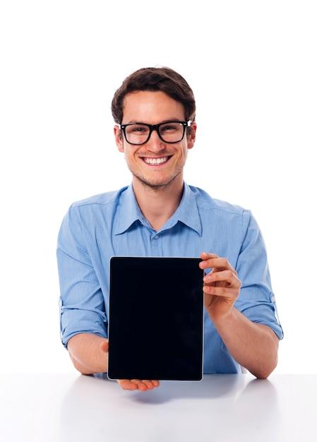 Mann, der auf brille lernt, die bildschirm des digitalen tabletts zeigt Kostenlose Fotos