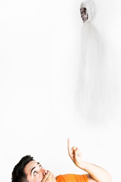 Mann, der auf engel des todes im weißen kostüm zeigt Kostenlose Fotos
