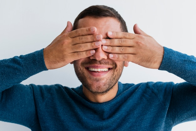 Mann, der beide augen mit den händen bedeckt | Kostenlose Foto