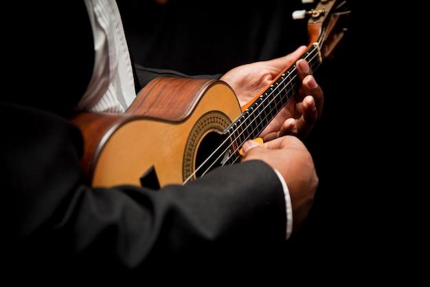 Mann, der cavaquinho spielt, brasilianisches instrument, das verwendet wird, um samba zu spielen Kostenlose Fotos