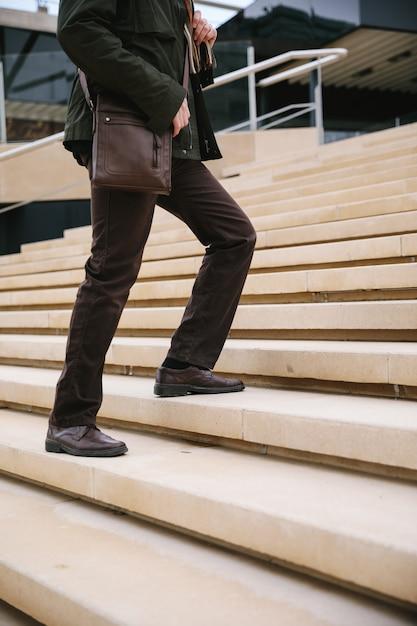 Mann, der die treppe steigt Premium Fotos