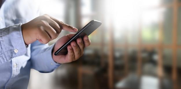 Mann, der digitale tablette in den händen hält Premium Fotos