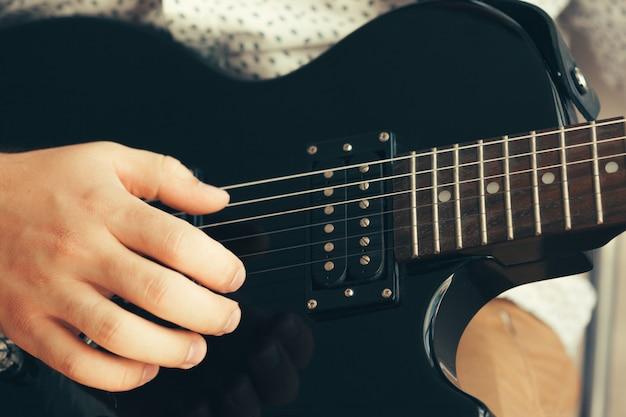 Mann, der e-gitarre spielt Premium Fotos