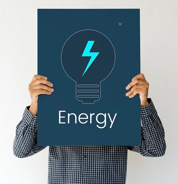 Mann, der ein brett mit energiekonzept hält Kostenlose Fotos