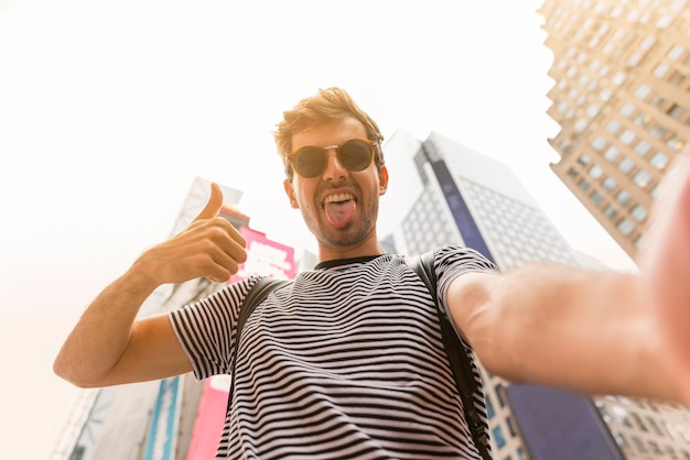 Mann, der ein selfie mit der zunge heraus macht Kostenlose Fotos