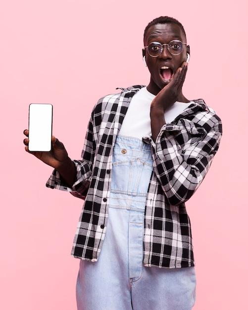 Mann, der ein smartphone hält Premium Fotos