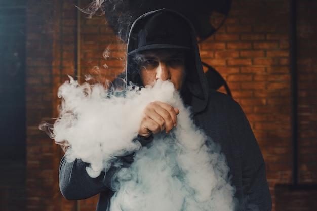 Mann, der eine elektronische zigarette vaping ist Kostenlose Fotos