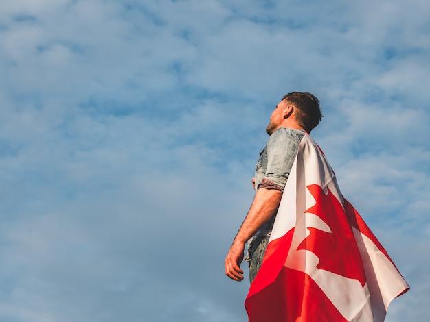 Mann, der eine kanadische flagge hält Premium Fotos