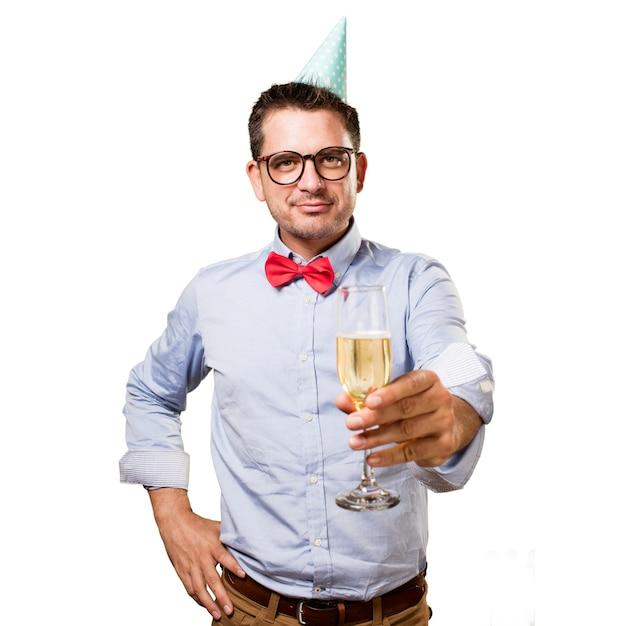Mann, der eine rote fliege und partei-hut trägt. mit einem champagner gl Kostenlose Fotos