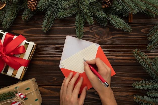 Mann, der einen brief an den weihnachtsmann mit wünschen für weihnachten schreibt Premium Fotos