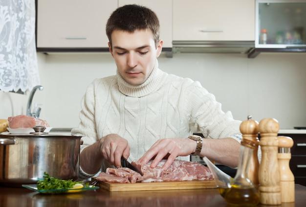 Mann, der französisches fleisch kocht Kostenlose Fotos
