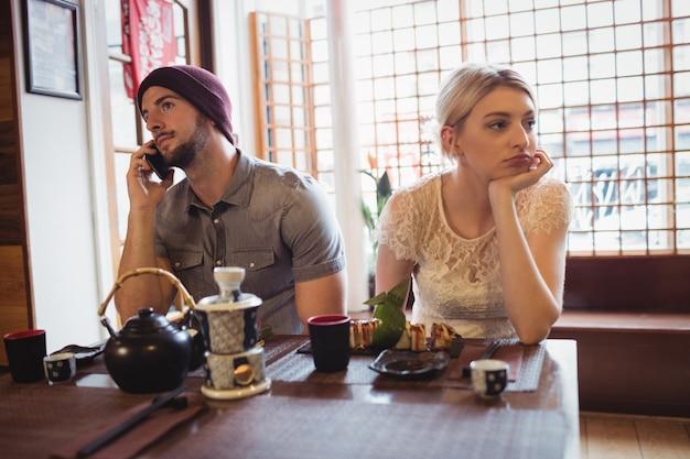 Mann, der frau beim telefonieren ignoriert | Kostenlose Foto