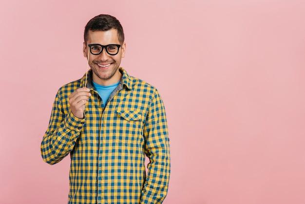 Mann, der gefälschte gläser mit kopienraum trägt Kostenlose Fotos