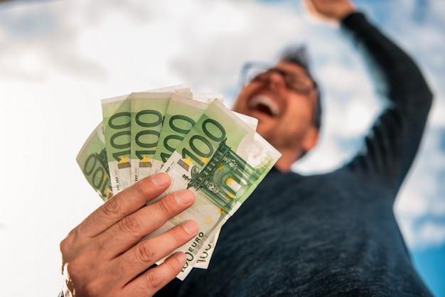 Mann, der geld hält Premium Fotos