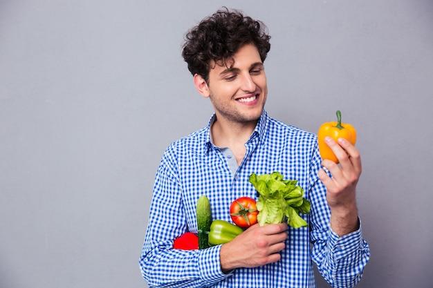 Mann, der gemüse hält Premium Fotos