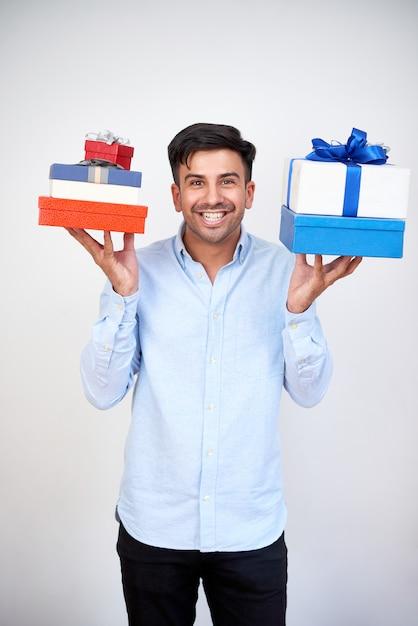 Mann, der geschenke für feiertage vorbereitet Kostenlose Fotos