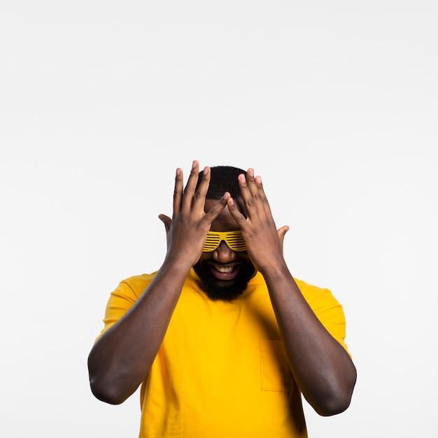 Mann, der gesicht mit händen bedeckt Kostenlose Fotos